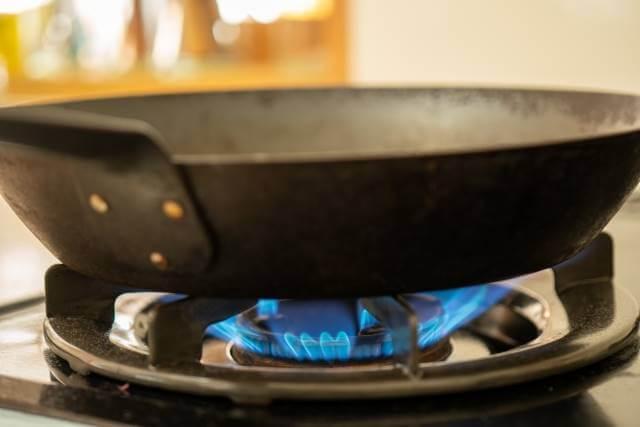 調理の前にまずは使い始める前にフライパンに油を入れ、軽く煙が出るくらいまで熱します
