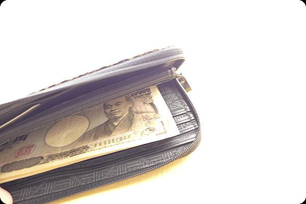 印伝の長財布はL字に開くのでお札の出し入れもしやすくおすすめ