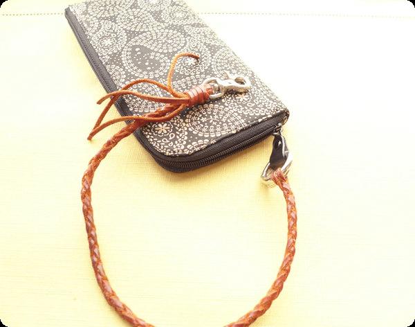印伝の長財布とウォレットチェーン