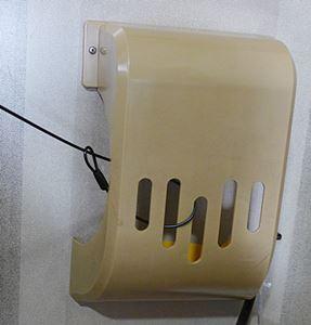 折りたたみ式の宅配ボックスをワイヤーで繋ぐ